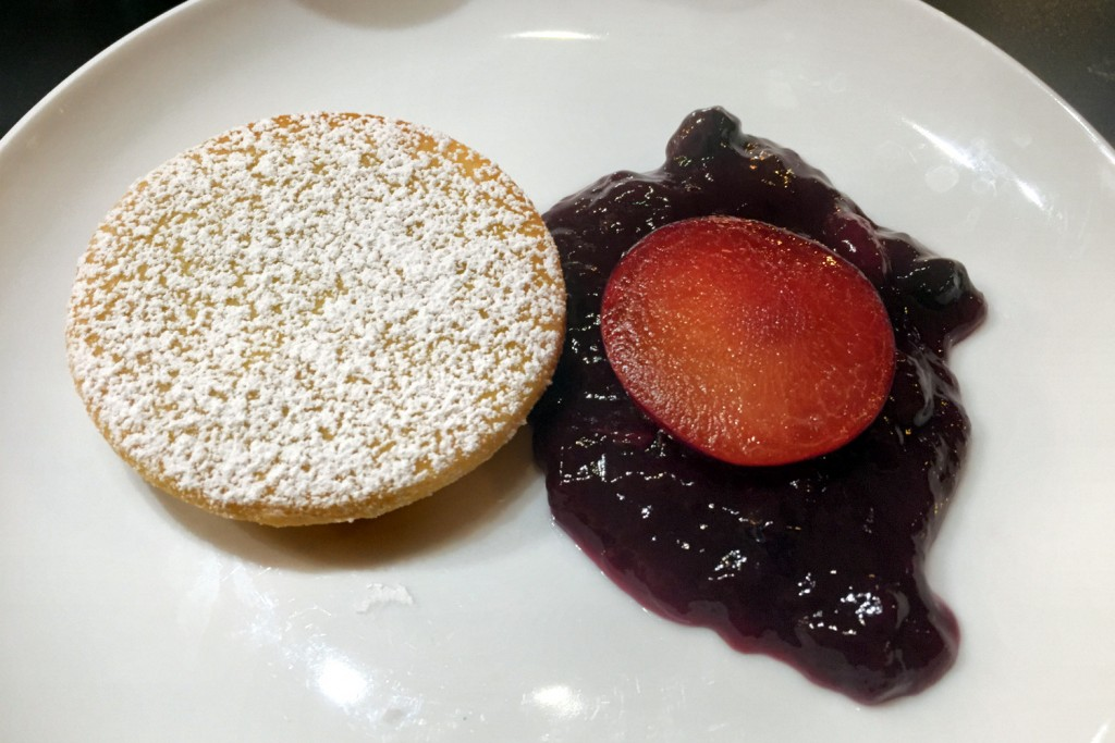 Alfajor cookie and fruit
